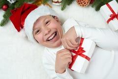 El niño del muchacho que se divierte con la decoración de la Navidad, la expresión de la cara y las emociones felices, vestidas e Fotos de archivo
