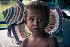 El niño del pueblo de Arborek, Raja Ampat, Indonesia Fotos de archivo