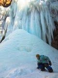El niño desciende de la colina helada Foto de archivo