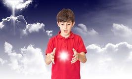 El niño descubre The Sun Fotos de archivo