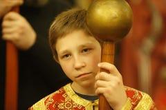El niño desempeña servicios en la iglesia Escuela dominical El muchacho en el servicio Fotos de archivo libres de regalías