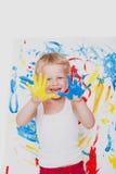 El niño dibuja colores brillantes Escuela pre-entrenamiento Educación creatividad foto de archivo