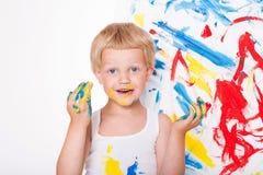 El niño dibuja colores brillantes Escuela pre-entrenamiento Educación creatividad Retrato del estudio sobre el fondo blanco foto de archivo