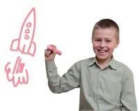 El niño dibuja con tiza en blanco Fotos de archivo libres de regalías