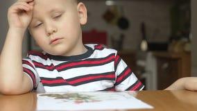 El niño dibuja la borla un fondo Muchacho elegante almacen de video