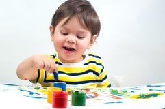 El niño dibuja la tinta en el papel imagen de archivo