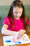 El niño dibuja a una familia Fotografía de archivo