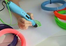 El niño dibuja una hoja del verde de la pluma 3D imagenes de archivo