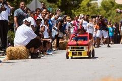 El niño dirige el coche cuesta abajo en la caja Derby Event del jabón de Atlanta Fotos de archivo libres de regalías