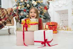 El niño disfruta del día de fiesta Adorne su Navidad con alegría Árbol de navidad y presentes Feliz Año Nuevo Invierno Navidad imágenes de archivo libres de regalías