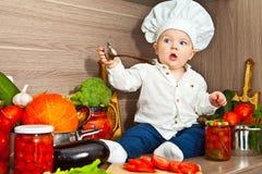 El niño el cocinero cocina la comida Imagen de archivo libre de regalías
