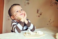 El niño el galopín de cocina Foto de archivo libre de regalías