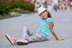 El niño elegante de la niña que lleva vaqueros viste la presentación en Fotografía de archivo