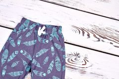 El niño embroma los pantalones modelados otoño Fotografía de archivo