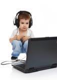 El niño en auriculares Fotos de archivo
