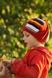 El niño en el sol fotos de archivo
