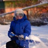 El niño en invierno viste fuera de la ciudad en el fondo de a fotos de archivo