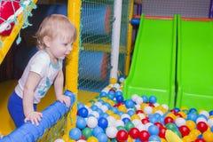 El niño en juegos en el cuarto de juego Fotos de archivo libres de regalías