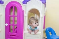 El niño en juegos en el cuarto de juego Fotografía de archivo