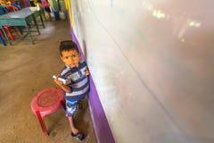 El niño en la lección en la escuela del camboyano del proyecto embroma cuidado para ayudar a niños privados en áreas privadas con Fotos de archivo libres de regalías