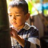El niño en la lección en la escuela del camboyano del proyecto embroma cuidado para ayudar a niños privados en áreas privadas con Imagen de archivo