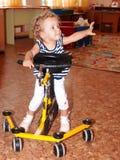 El niño en la máquina del ejercicio imagen de archivo libre de regalías