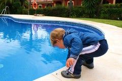 el niño en la piscina Fotografía de archivo