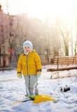 El niño en nieve Fotos de archivo libres de regalías