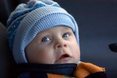 El niño en un casquillo hecho punto Foto de archivo