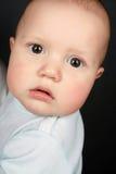 El niño en una camiseta del bebé azul Imagen de archivo