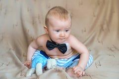 El niño en una corbata de lazo Imágenes de archivo libres de regalías