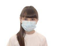 El niño en una máscara médica. foto de archivo