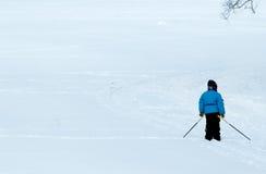 El niño en una pista del esquí Fotografía de archivo libre de regalías