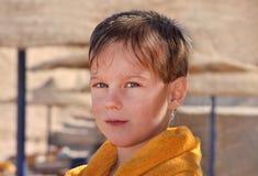 El niño en una playa después de bañar Fotografía de archivo