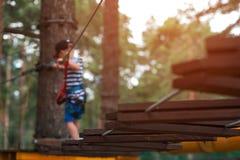 El niño equipado de las correas de la seguridad va en pista Foto de archivo libre de regalías