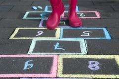 El niño es hopscotch del juego Fotografía de archivo libre de regalías