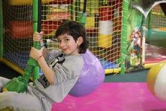 El niño es restingin el centro del entertaiment de los niños imagenes de archivo