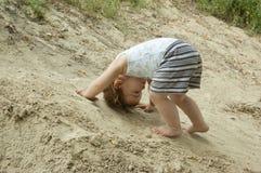 El niño es un alpinista Imagen de archivo