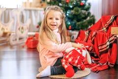 El niño es un juguete Año Nuevo del concepto, Feliz Navidad, día de fiesta, Fotografía de archivo libre de regalías