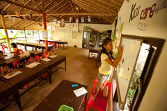 El niño escribe en la pizarra en la sala de clase Fotografía de archivo libre de regalías