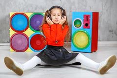 El niño escucha el canto y escucha la canción en la cabeza Imagen de archivo libre de regalías