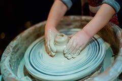 El niño esculpe del pote de arcilla Taller sobre el modelado en el potter imagen de archivo