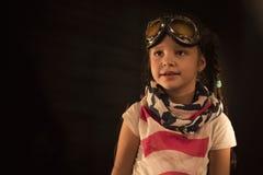 El niño está fingiendo ser piloto Concepto del super héroe, de la libertad y de la imaginación Foto de archivo