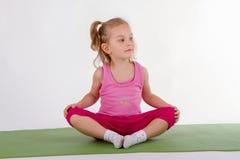 El niño está haciendo yoga fotografía de archivo libre de regalías