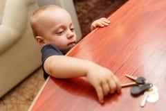 El niño está intentando robar las llaves Fotos de archivo libres de regalías