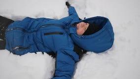 El niño está mintiendo en la nieve metrajes