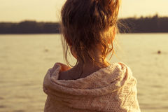 el niño está mirando en el lago entonado Imagenes de archivo