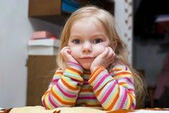 El niño está pensando imagen de archivo