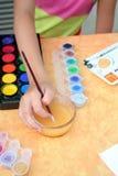 El niño está pintando. Imagenes de archivo