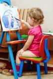El niño está pintando fotos de archivo